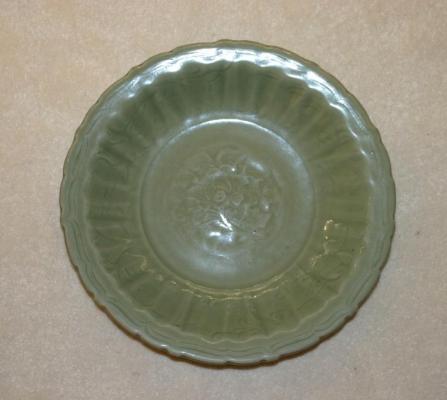 Groen geglazuurd celadon bord met  bloemdecor