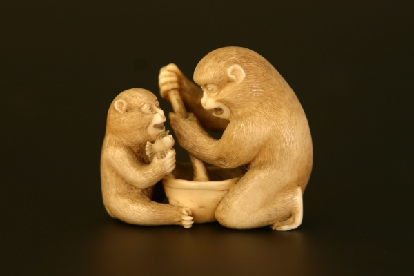 Ivoren netsuke: twee aapjes