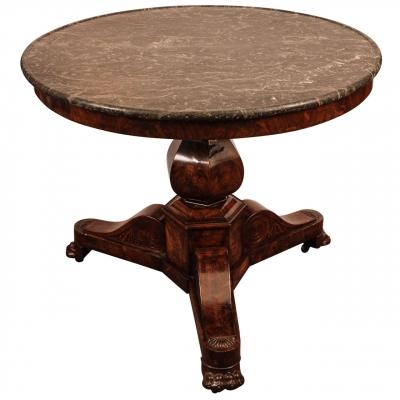 Een ronde Franse Charles X mahonie tafel met grijs marmeren blad, circa 1830.