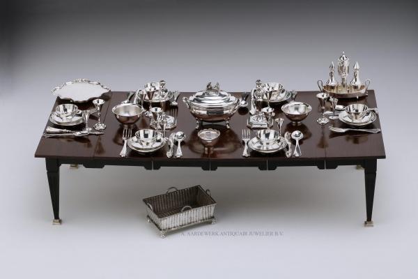 Een miniatuur tafel gedekt voor 6 personen met antiek miniatuur zilver
