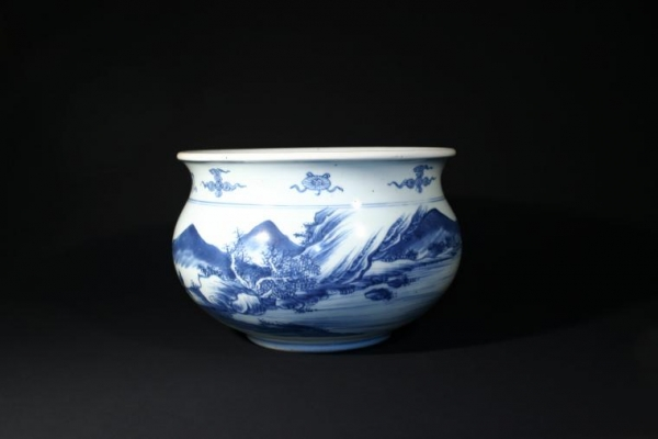 A large blue and white incense burner Chinese Porcelain