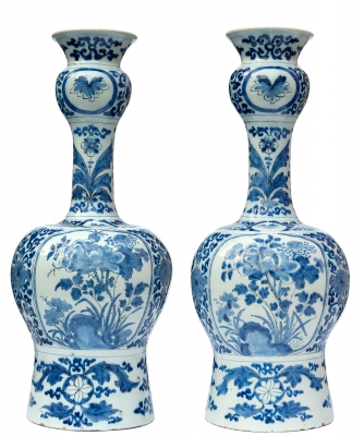 Een Paar Knobbelvazen in Blauw en Wit Delfts Aardewerk - De Roos