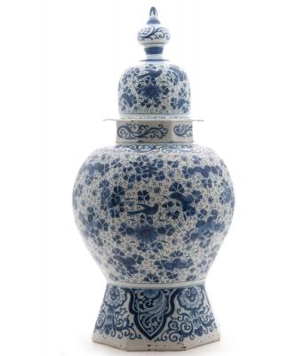 Een Dekselvaas in Blauw-Wit Delfts Aardewerk