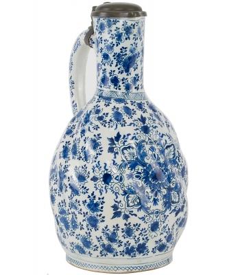 Een Blauw - Witte Schenkkan met Tinnen Klep in Delfts Aardewerk - De Roos