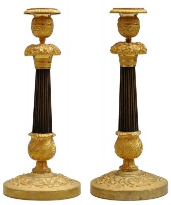 Een Paar Charles X Kandelaars in Vuurverguld en Gepatineerd Brons