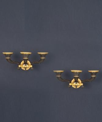 Een Paar Drielichts Charles X Wandappliques in Vuurverguld en Gepatineerd Brons