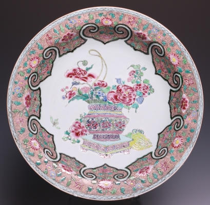 Nice Chinese Famille rose charger, early Qianlong (1736-1795), ca. 1740.