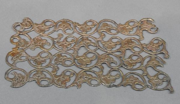 Een ongewone Chinese verguld metalen fragment met bloemmotieven