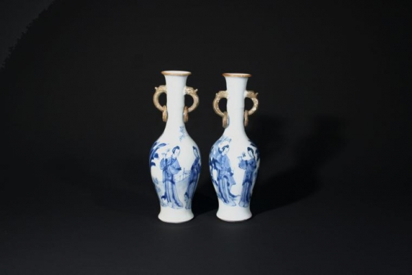 A set of two Kangxi periode blue-and-white vases, Qing Dynasty