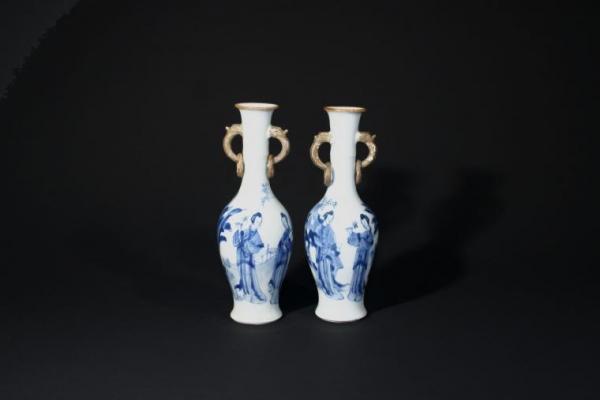 Paar Chinese Kangxi blauw-witte vazen met lijzen decor, Qing dynastie, China