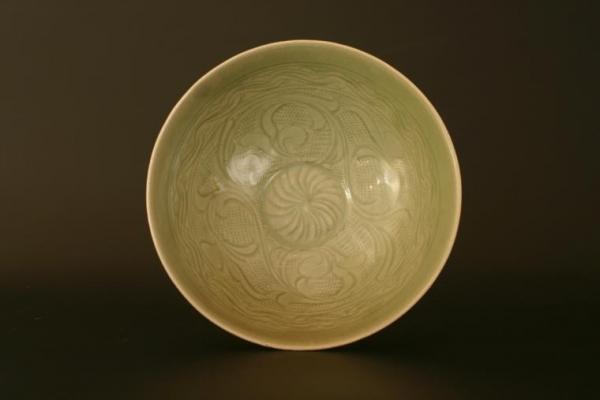 Chinees aardewerk Yue-goed kom met ingekerfd dessin, China Song Dynastie celadon