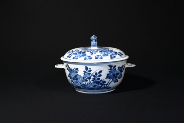 A blue-and-white Chine de Commande tureen with cover, Export porcelain. Ceramics China