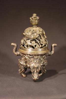 Een Chinees bronzen wierookbrander, Qing Dynastie kunst uit China