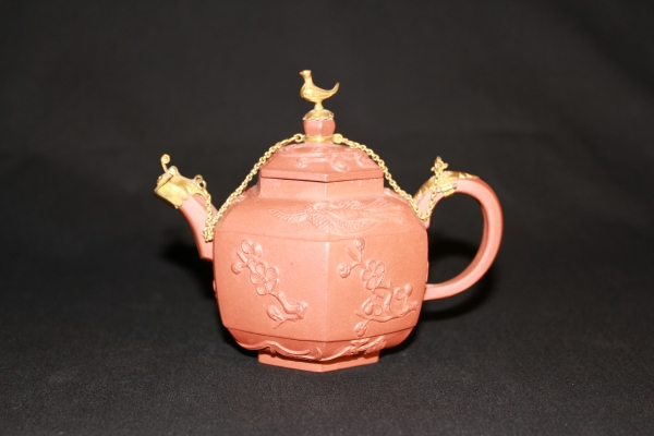 Een Chinees aardewerk Yixing theepot, 18e eeuwse keramiek