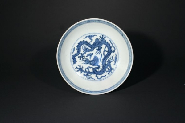 Imperial Chinese Blue and white dish with Dragon design, Wanli mark and period, Ming dynasty Ceramics from China