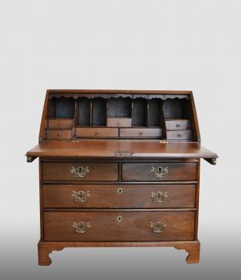 Engels secretaire met step-interieur, 18e eeuw.