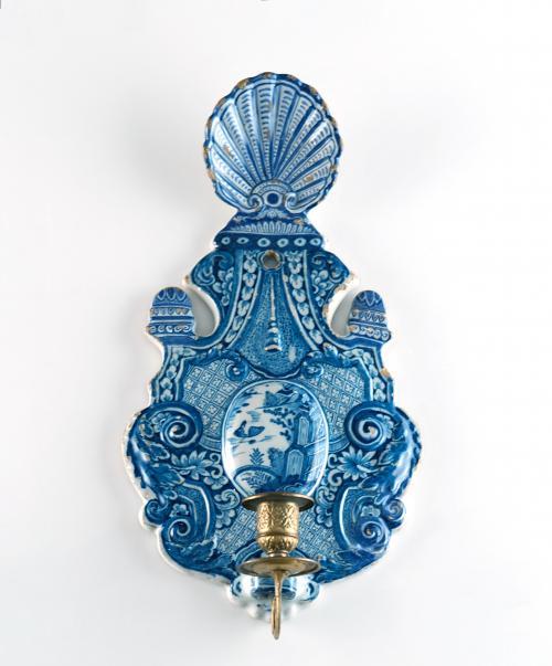 Un azul y blanco lámpara de pared en cerámica de Delft holandés